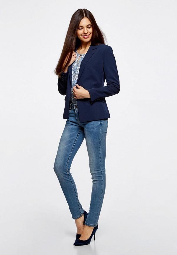 модель для джинсы с красным пиджаком фото стоки фото, следует